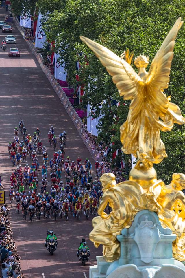 LONDON, ENGLAND - JULY 28: The peloton passes down The Mall at the start of the the Men's Road Race Road Cycling on day 1 of the London 2012 Olympic Games on July 28, 2012 in London, England. (Photo by Daniel Berehulak - IOPP Pool /Getty Images)