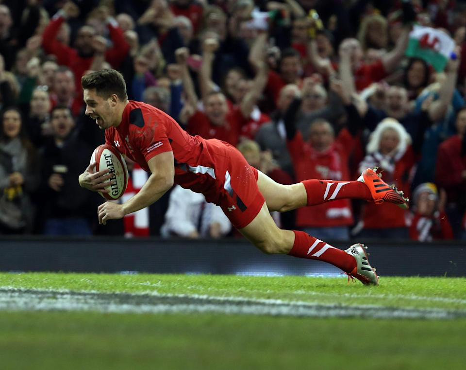 Wales scrum half Rhys Webb scores a try during the International rugby union Test against Australia in Cardiff on November 8, 2014 (AFP Photo/Geoff Caddick)