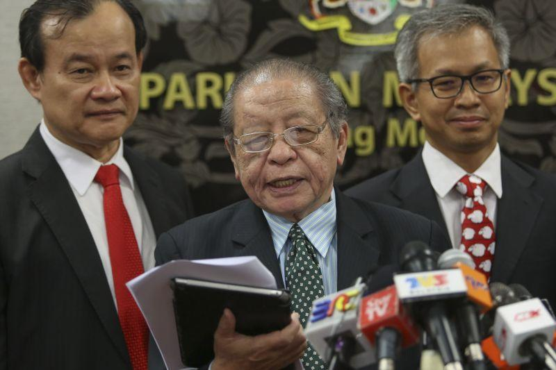 Lim (centre) described the Islamist party's stance as 'most shocking', saying it suggested that PAS appeared oblivious to the 1MDB scandal sweeping Malaysia and the world. ― Picture by Yusof Mat Isa