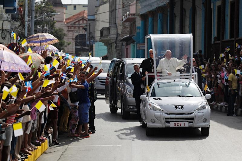 Pope Francis rides through Santiago de Cuba, in eastern Cuba, on September 22, 2015 (AFP Photo/Enrique De La Osa)