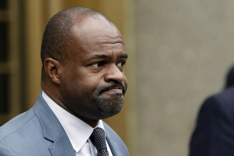 "NFLPA executive director DeMaurice Smith leaves federal court following a hearing in the ""Deflategate"" case, Monday, Aug. 31, 2015, in New York. Last-minute settlement talks between lawyers for NFL Commissioner Roger Goodell and New England Patriots quarterback Tom Brady have failed, leaving a judge to decide the fate of ""Deflategate.""(AP Photo/Mark Lennihan)"