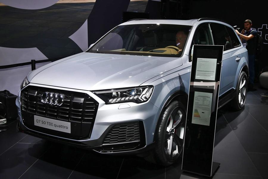 <strong>Audi Q7-</strong> The Q7 has got an extensive update with a sharper front and more features along with luxury. This is also expected in India.