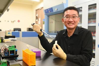Professor Cheng Chao-Min of the Institute of Biomedical Engineering demonstrating the use of the covid-19 rapid test kit developed by his research team.