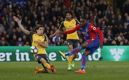 Britain Football Soccer - Crystal Palace v Arsenal - Premier League - Selhurst Park - 10/4/17 Crystal Palace's Christian Benteke scores a goal which is later disallowed Action Images via Reuters / Matthew Childs Livepic