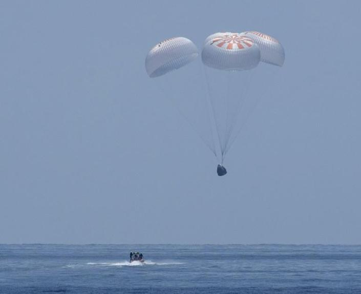 The SpaceX Crew Dragon Endeavour floats down to the Gulf of Mexico on August 2, 2020 (AFP Photo/Bill INGALLS)