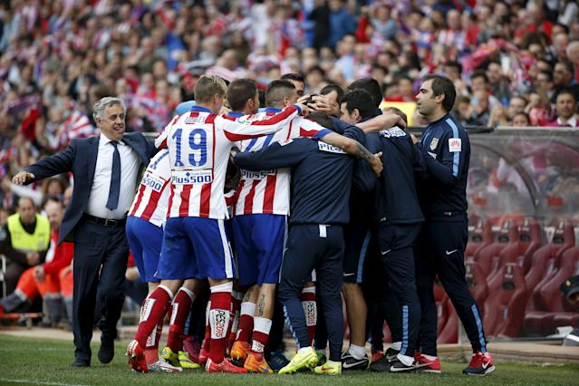 Atletico Madrid's players and staff celebrate Raul Garcia's goal against Elche during their Spanish first division soccer match at Vicente Calderon stadium in Madrid, April 25, 2015. REUTERS/Susana Vera
