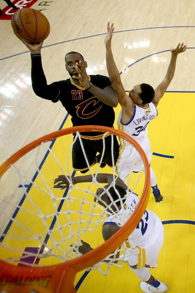 LeBron James of the Cleveland Cavaliers takes a shot against the Golden State Warriors in Game 7 of the NBA Finals in Oakland, California, on June 19, 2016 (AFP Photo/Ezra Shaw)