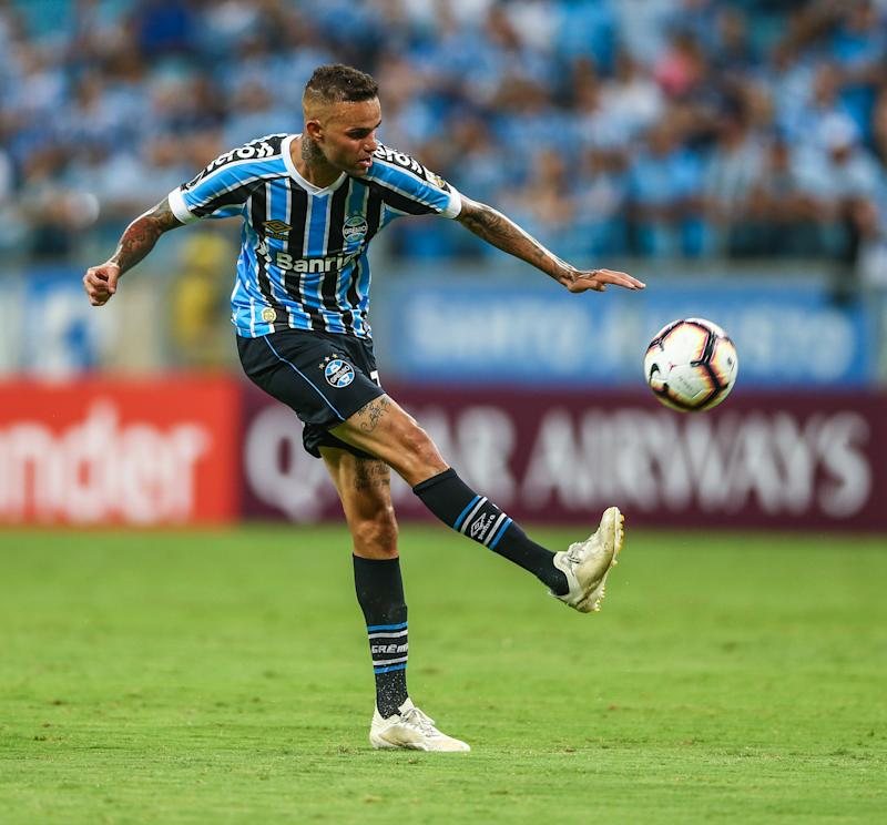 PORTO ALEGRE, BRAZIL - MARCH 12: Luan of Gremio kicks the ball during the match between Gremio and Libertad, part of Copa Conmebol Libertadores 2019, at Arena do Gremio on March 12, 2019, in Porto Alegre, Brazil. (Photo by Lucas Uebel/Getty Images)