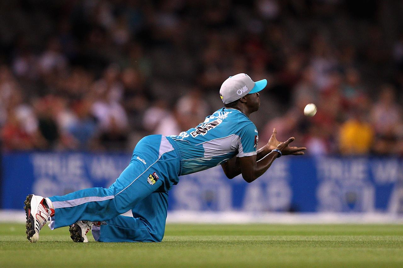 MELBOURNE, AUSTRALIA - DECEMBER 22:  Kemar Roach of the Heat takes a catch to dismiss Aaron Finch of the Renegades off the bowling of James Hopes of the Heat during the Big Bash League match between the Melbourne Renegades and the Brisbane Heat at Etihad Stadium on December 22, 2012 in Melbourne, Australia.  (Photo by Robert Prezioso/Getty Images)