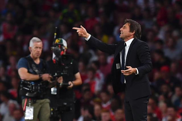 Chelsea's Italian head coach Antonio Conte (R) gestures from the touchline during the English Premier League football match between Arsenal and Chelsea (AFP Photo/Ben Stansall)
