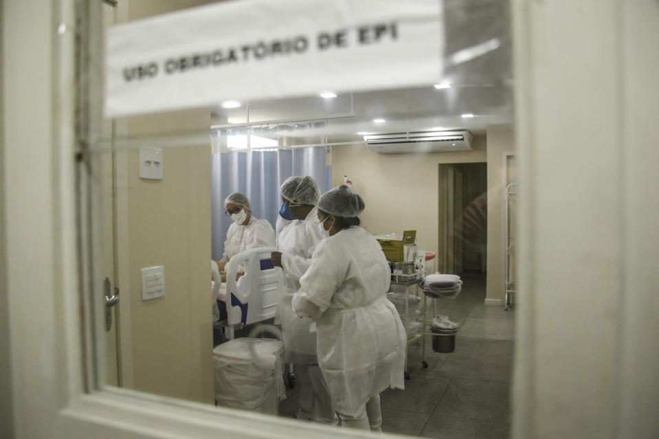 SÃO GONCALO, BRAZIL - NOVEMBER 25: ICU with patients hospitalized with COVID-19 at Hospital Franciscano Nossa Senhora das Graças, in Lagoinha on November 25, 2020 in São Gonçalo, Brazil. The Metropolitan Region of São Gonçalo in Rio de Janeiro, increase in cases of COVID-19, with beds reaching 100% of ocupation. The population is under test in the screening centers spreading throughout the city. (Photo by Luis Alvarenga/Getty Images)