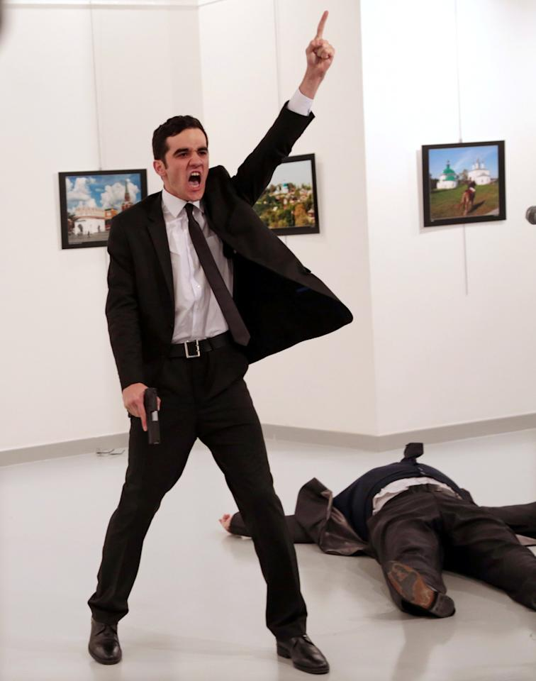 <p>Mevlut Mert Altintas crie après avoir abattu Andrei Karlov l'ambassadeur de Russie en Turquie dans une galerie d'art à Ankara le 19 décembre 2016. Burhan Ozbilici, The Associated Press/Courtesy of World Press Photo Foundation/Handout via REUTERS </p>