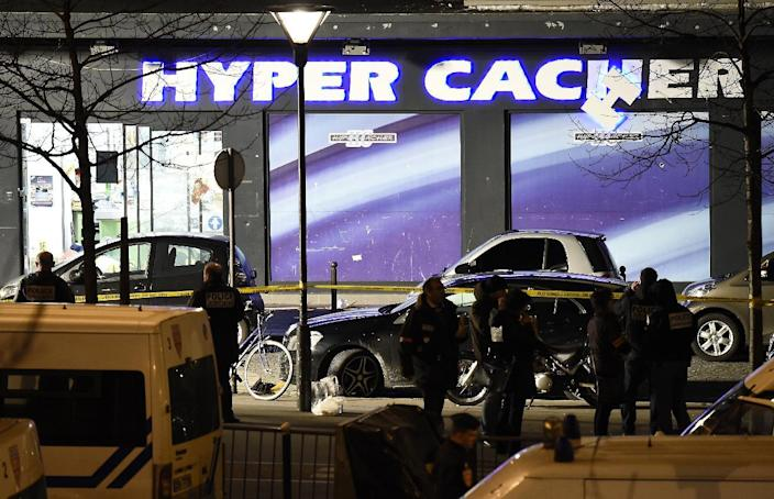 French police officers investigate the Hyper Casher kosher grocery store in Paris on January 9, 2015 (AFP Photo/Eric Feferberg)