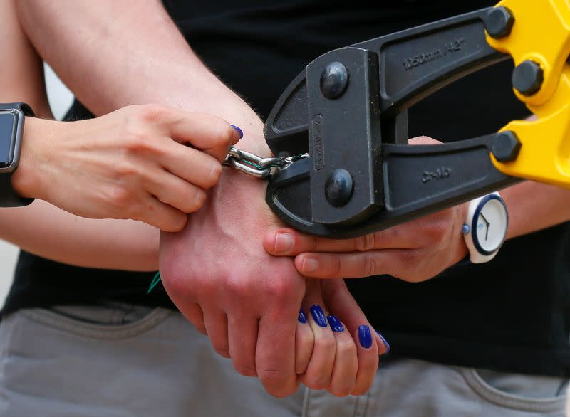 Alexandr Kudlay and Viktoria Pustovitova, who handcuffed themselves and spent 123 days together, split up in Kyiv