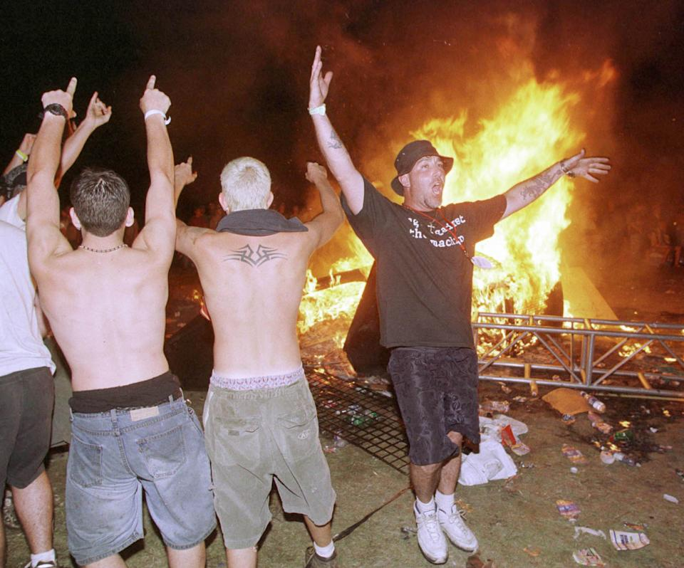 Woodstock '99 attendees burn plywood panels that had been part of the Woodstock Peace Wall. (Photo: Joe Traver/Getty Images)