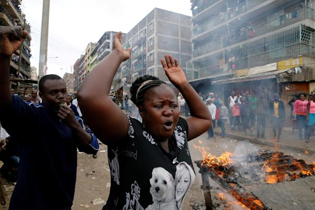 <p>Demonstrators set barricades on fire and shout slogans in Mathare, Nairobi, Kenya, Aug. 9, 2017. (Photo: Thomas Mukoya/Reuters) </p>