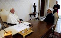 FILE PHOTO - Pope Francis meets Sheikh Ahmed Mohamed el-Tayeb (R), Egyptian Imam of al-Azhar Mosque, at the Vatican May 23, 2016. REUTERS/Max Rossi/File Photo