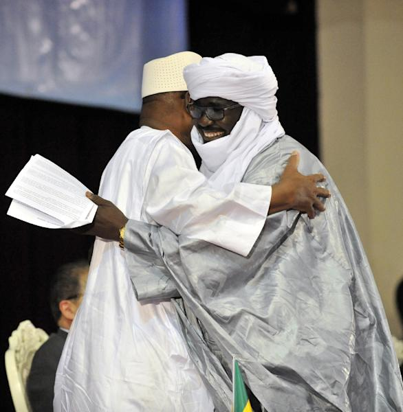 Mali's President Ibrahim Boubacar Keita (L) embraces Mahamadou Djery Maiga, the vice-president and spokesman of the Transitional Council of the State of Azawad, following the signing of the ammended Algerian Accord on June 20, 2015 in Bamako (AFP Photo/Habibou Kouyate)
