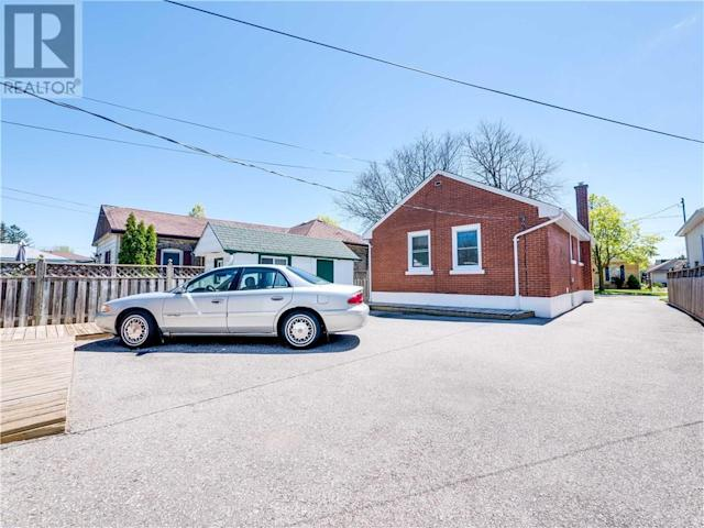 <p>There's enough space to park five cars beside the house. (Zoocasa) </p>