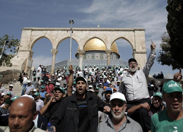 Palestinians demonstrate outside the Dome of Rock at the Al-Aqsa Mosque compound in Jerusalem, October 8, 2014 (AFP Photo/Ahmad Gharabli)