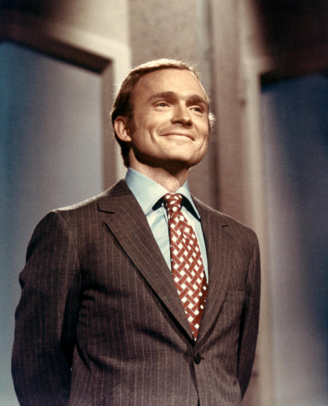Dick Cavett hosting the original <em>Dick Cavett Show,</em> which ran from 1968 to 1972. (Photo: Everett Collection)