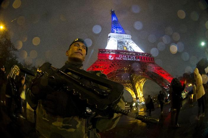 A French soldier guards an area near the Eiffel Tower on November 17, 2015, days after the Paris attacks that left 130 people dead (AFP Photo/Joel Saget)