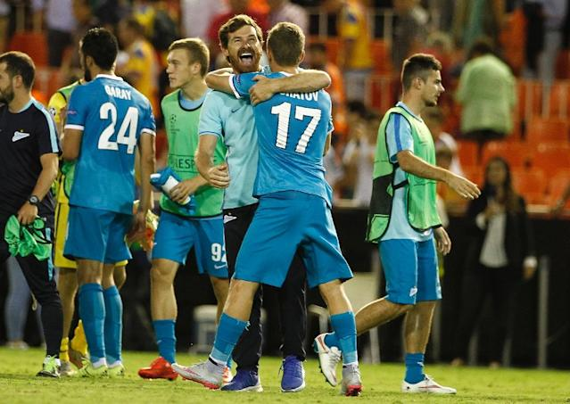 Zenit's coach Andre Villas-Boas (C) celebrates their victoy after the UEFA Champions League group H football match Valencia CF vs FC Zenit at the Mestalla stadium in Valencia on September 16, 2015 (AFP Photo/Jose Jordan)