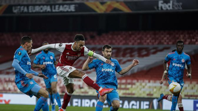 Pierre-Emerick Aubameyang dari Arsenal menendang bola selama Liga Europa, babak 16 besar, pertandingan sepak bola leg kedua antara Arsenal dan Olympiacos di Emirates Stadium, di London, Kamis, 18 Maret 2021. (AP Photo / Matt Dunham)