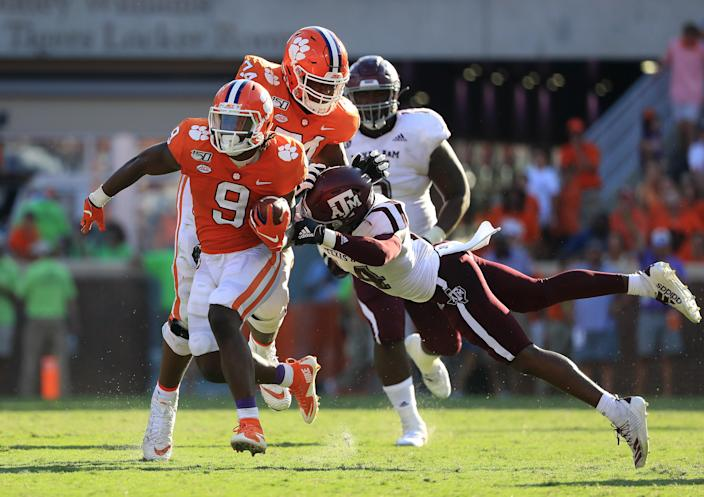 """<a class=""""link rapid-noclick-resp"""" href=""""/ncaaf/players/276268/"""" data-ylk=""""slk:Travis Etienne"""">Travis Etienne</a> runs against Texas A&amp;M on Saturday. (Photo by Streeter Lecka/Getty Images)"""
