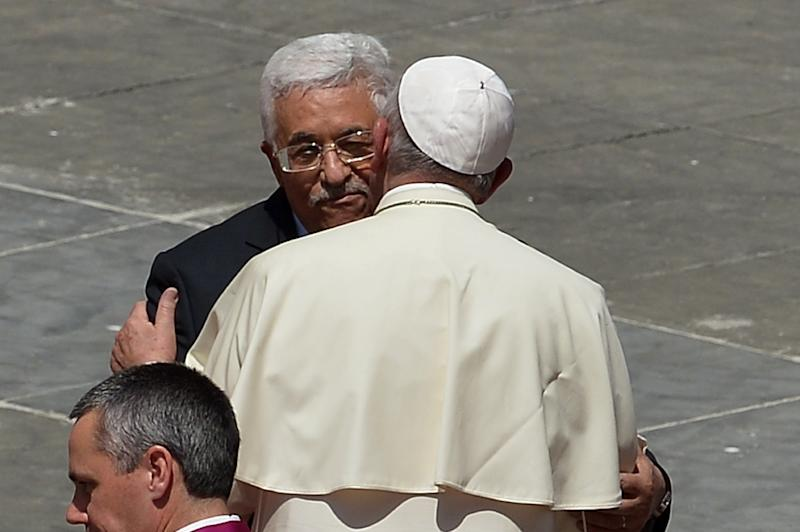 Pope Francis greets Palestinian authority President Mahmud Abbas at the end of a holy mass in St Peter's Square on May 17, 2015 in Vatican (AFP Photo/Alberto Pizzoli)