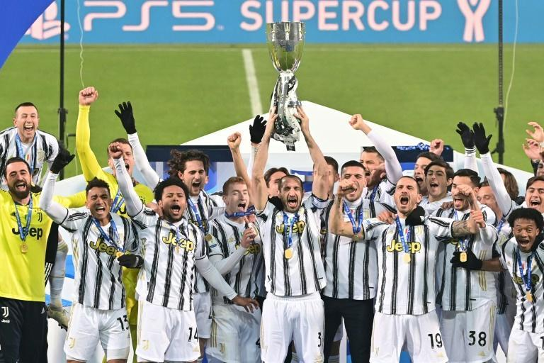 Captain Giorgio Chiellini (C) lifts the trophy after Juventus beat Napoli to win the Italian Super Cup