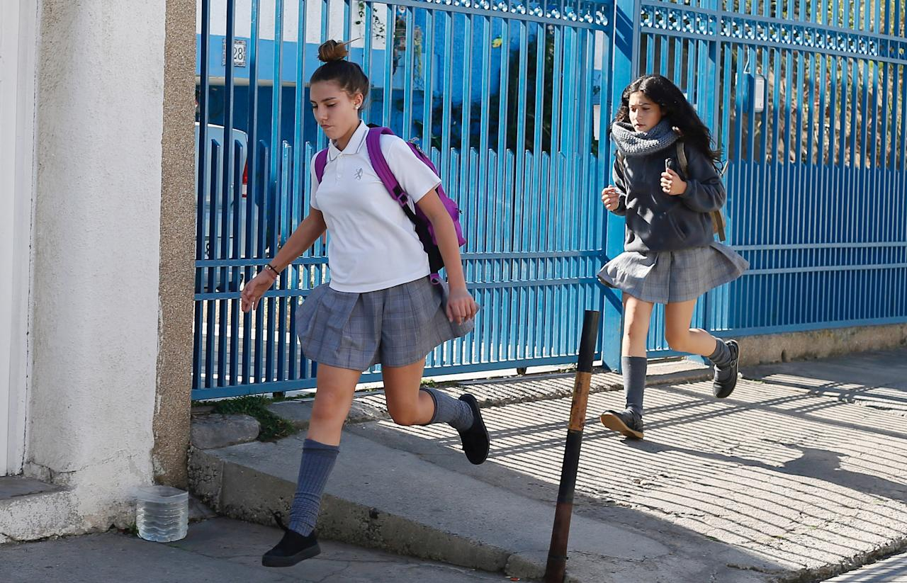 Students run to their homes after a magnitude 5.7 earthquake hit off the coast in Vina del Mar, Chile April 28, 2017. REUTERS/Rodrigo Garrido