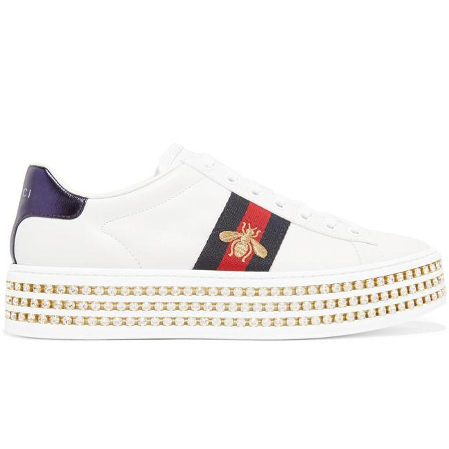 """<p>Zapatillas 'Ace' con cristales, de Gucci, <a href=""""https://www.gucci.com/es/es/pr/women/womens-shoes/womens-sneakers/ace-sneaker-with-crystals-p-505995DOPE09095"""" target=""""_blank"""">980 euros</a>.</p>"""
