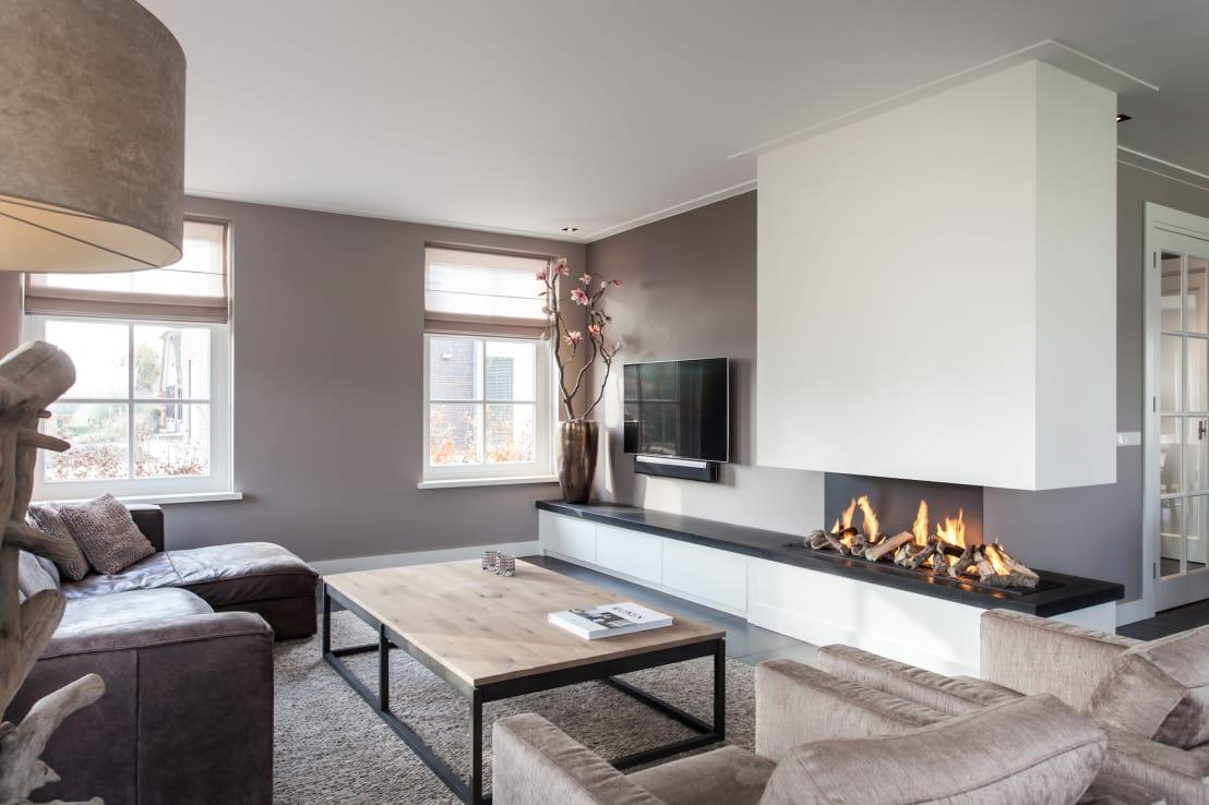 <p>While the styling here is demonstrably understated and chic, the inclusion of a contemporary fireplace has really added some heat to this amazing space. Muted tones, angular furniture and a deliberately minimal amount of accessories offers up a smorgasbord of style!</p>  Credits: homify / Bob Romijnders Architectuur & Interieur