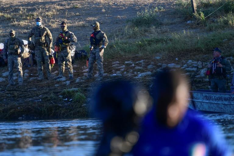 United States Border Patrol agents stand guard on the banks of the Rio Grande river at the border with Mexico (AFP/PEDRO PARDO)
