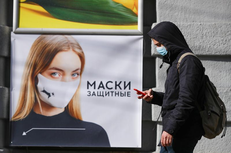 NOVOSIBIRSK, RUSSIA - MARCH 30, 2020: A man in a face mask seen in a street during the COVID-19 pandemic. Russian President Vladimir Putin has declared a week off work and urged people to stay home to prevent the spread of the COVID-19 coronavirus. All enterprises in Novosibirsk Region are under quarantine. Kirill Kukhmar/TASS (Photo by Kirill Kukhmar\TASS via Getty Images)