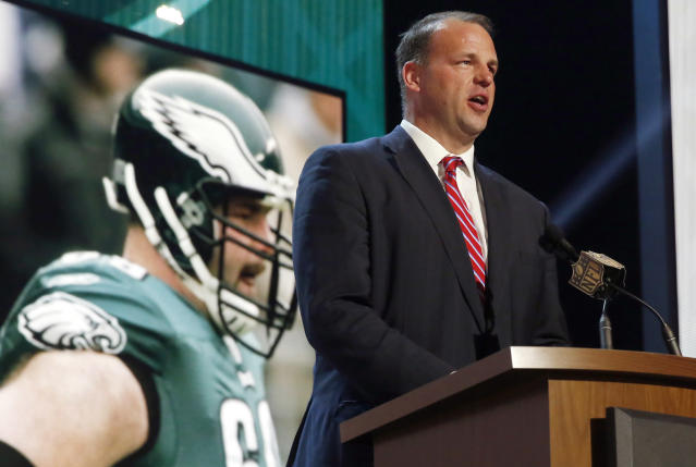 "<a class=""link rapid-noclick-resp"" href=""/ncaaf/players/256598/"" data-ylk=""slk:Jon Runyan"">Jon Runyan</a>, shown here announcing an Eagles draft pick in 2015, drives an Uber in his spare time. (AP)"