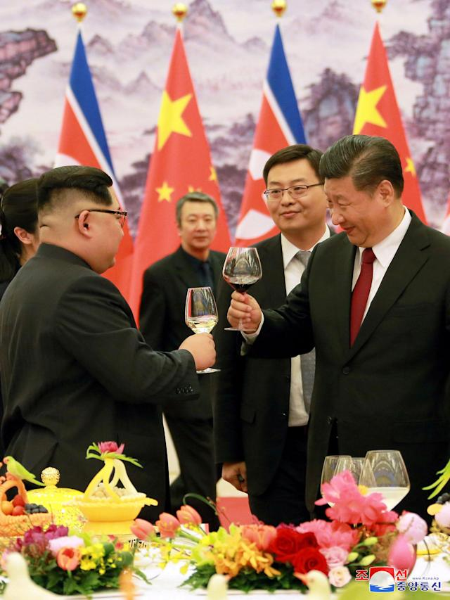 <p>North Korean leader Kim Jong Un toasts with Chinese President Xi Jinping in Beijing, as he paid an unofficial visit to China, in this undated photo released by North Korea's Korean Central News Agency (KCNA) in Pyongyang March 28,2018. (Photo: KCNA/via Reuters) </p>