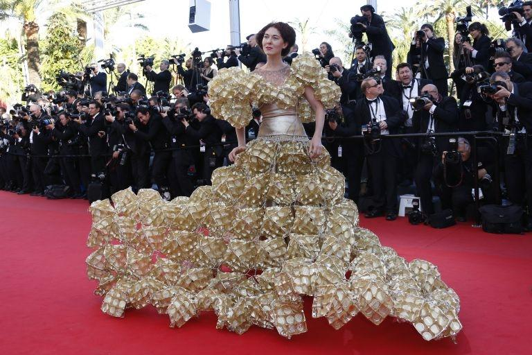 "Larisa Katz Palme d'Or for the creator's eccentric dress made of biscuit packaging. This picture was taken at the screening of ""Le Passé""."