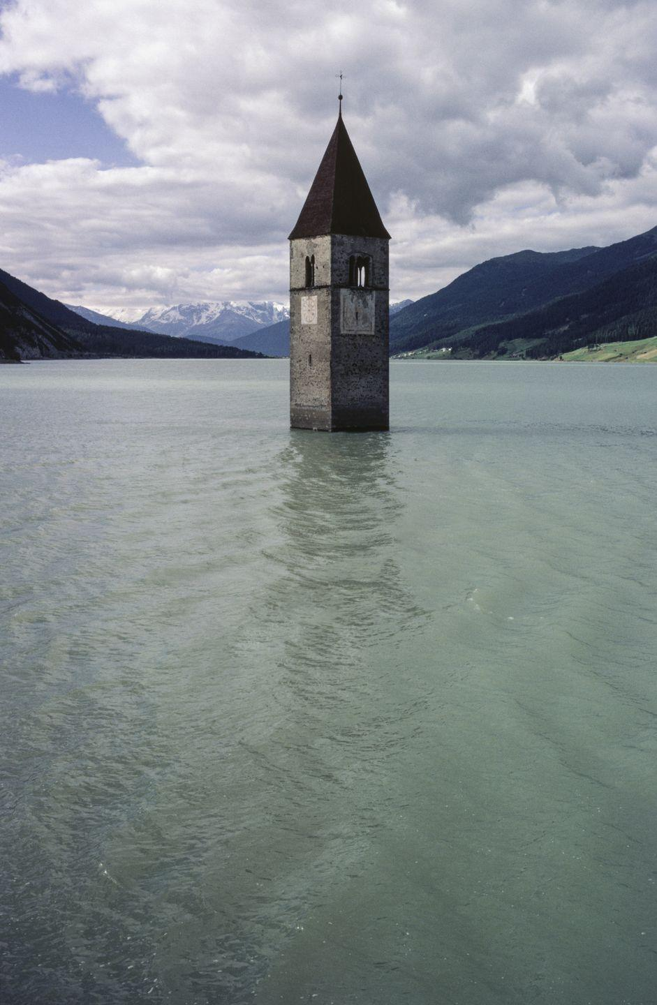 <p>In the winter, the Curon steeple is a popular tourist destination.<br></p>