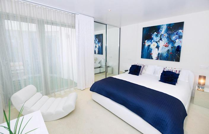 <p>There are guest bedrooms and even an underground apartment.<br></p>