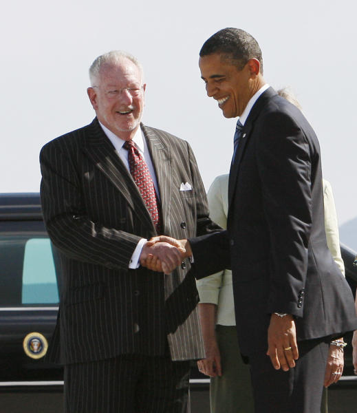 """In this file photo shot on Tuesday, May 26, 2009, President Barack Obama talks with Las Vegas Mayor Oscar Goodman as he arrives in Las Vegas. The former Las Vegas mayor branded the city with a larger than life persona. And now he's branded himself again with a memoir. In """"Being Oscar--From Mob Lawyer to Mayor of Las Vegas, Only in America,"""" Goodman tells all from his days as a lawyer representing members of the mob to his three terms as the """"happiest mayor in the universe."""" (AP Photo/Charles Dharapak)"""