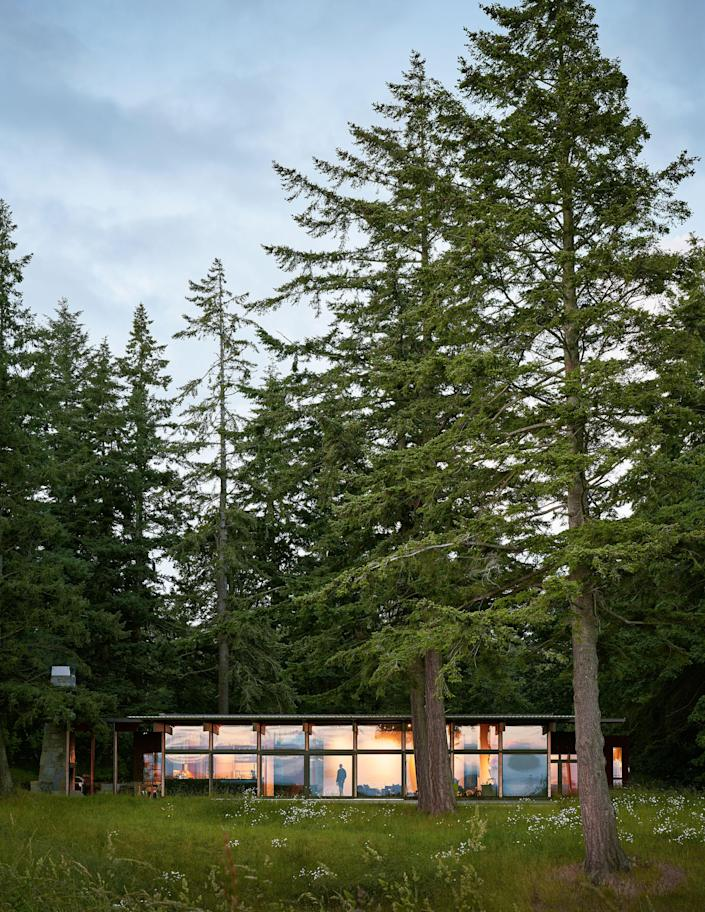 On Whidbey Island, Washington, Architects Miller Hull used recycled materials and a & # xa0 ;. Moderate installation area to minimize the impact on the environment.
