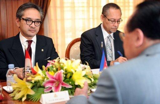 Cambodian Foreign Minister Hor Namhong (R), seen here next to his Indonesian counterpart Marty Natalegawa
