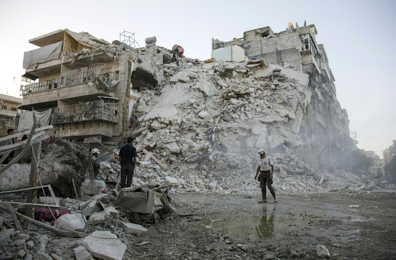 Members of the Syrian Civil Defence search for victims amid the rubble of a destroyed building in Aleppo, on October 17, 2016 (AFP Photo/Karam Al-Masri)
