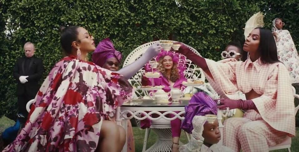 <p>Beyoncé wears a floral-printed tiered gown by Erdem and earrings by Anabela Chan. </p>