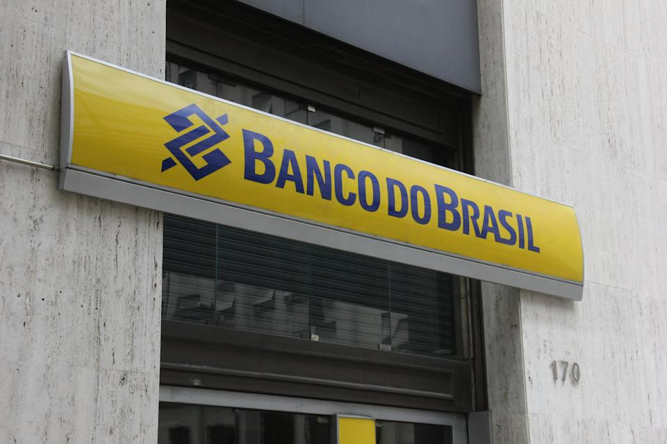 Banco do Brasil will close 402 branches across the country in a restructuring that aims to reduce the number of employees by 18,000. The goal of the administration is to make the company more dynamic and offer more digital services. The Banco do Brasil was created in 1808 by Dom João de Bragança (who later became King Dom João VI of Portugal). Currently the bank is a company controlled by the Brazilian government, but also offers shares in the Stock Exchange. It is estimated that with the reduction of agencies and employees the bank will save more than $ 750 million per year. With this, the value of the shares of Banco do Brasil rose sharply in recent days. In the picture, one of the agencies will be closed in 2017. (Photo by Luiz Souza/NurPhoto via Getty Images)