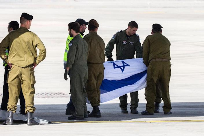Soldiers carry the coffin of an Israeli who was killed in an Istanbul suicide bombing onto a plane at Tel Aviv's Ben Gurion airport on March 20, 2016 (AFP Photo/Jack Guez)