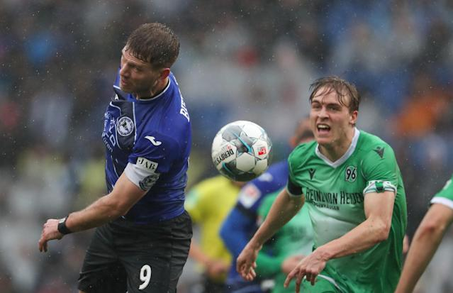 Timo Hübers, jugador con uniforme verde. (Photo by Friso Gentsch/picture alliance via Getty Images)