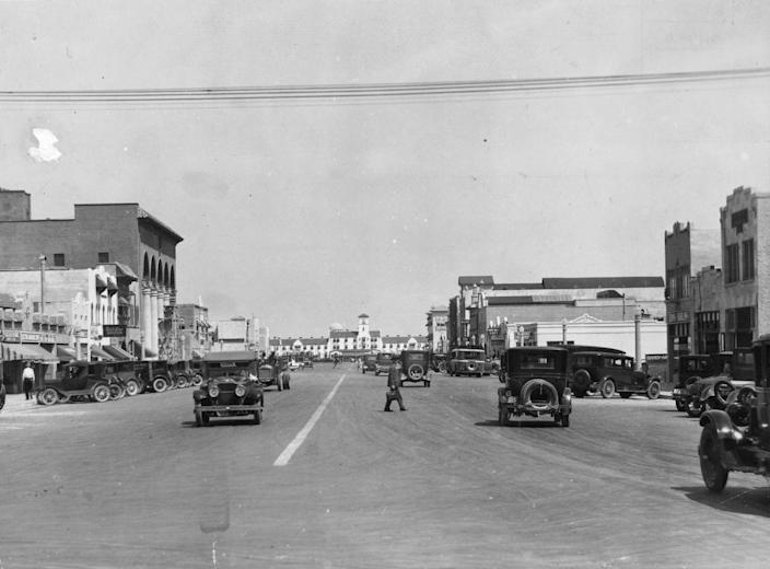 <p>The cars, style, and traffic have evolved so, so much since 1925, and this photo is representative of that. Can you imagine getting through town this easily?!</p>